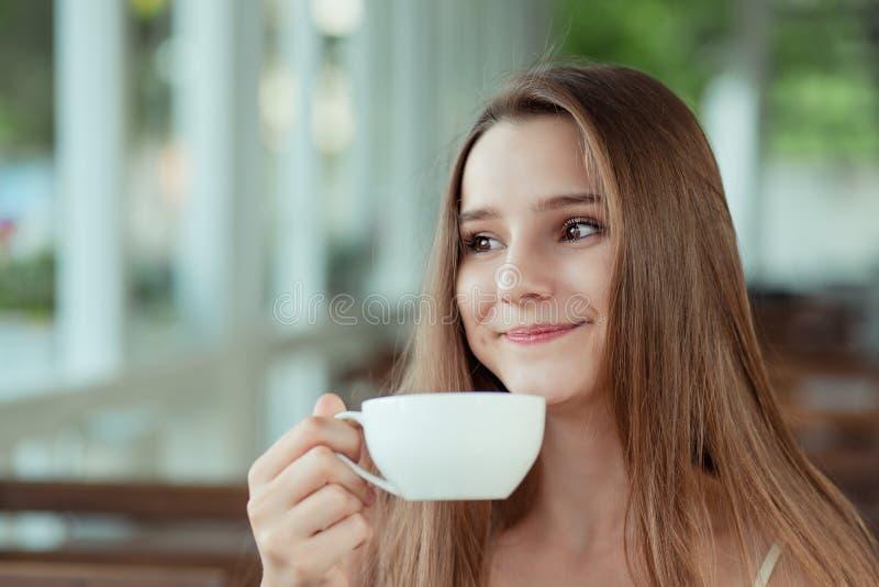Frauen genießen ihre Tasse Tee Kaffee, warme Getränke Augen geschlossen stockbild
