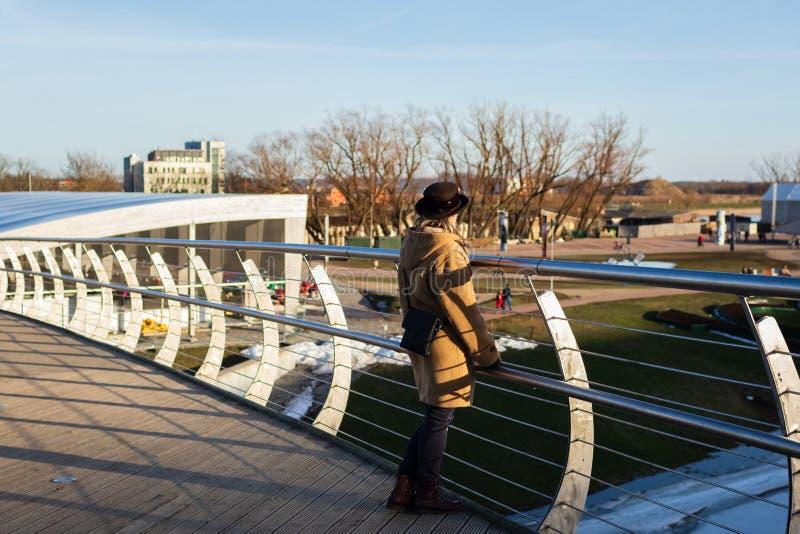 Frauen genießt die Ansicht von Mitavas-Brücke über dem Fluss Driksa in Jelgava, Lettland stockfoto