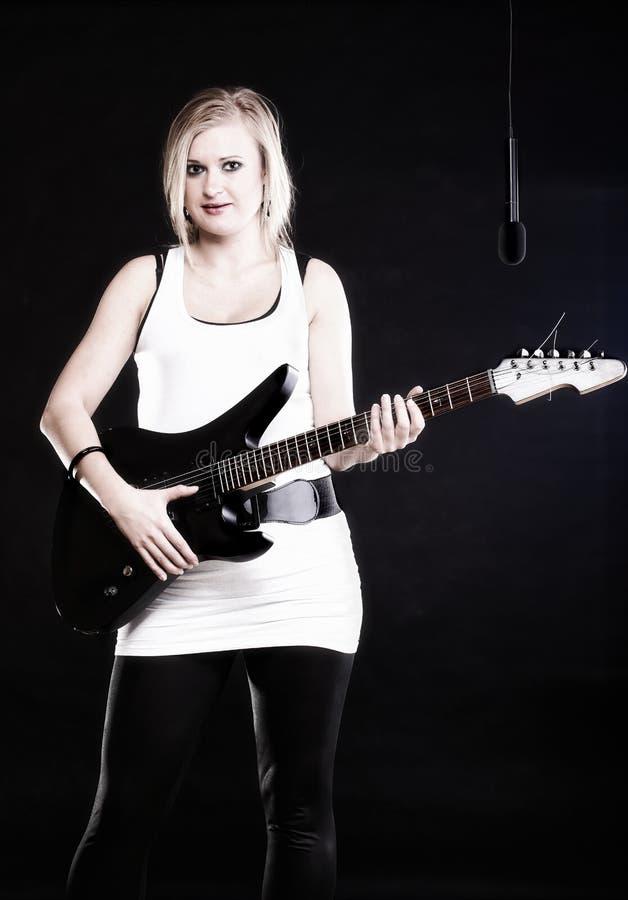 Frauen-Gesangfelsenlied-Gitarrenmikrofon getrennt stockbilder