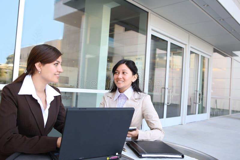 Frauen-Geschäfts-Team am Bürohaus lizenzfreie stockfotografie