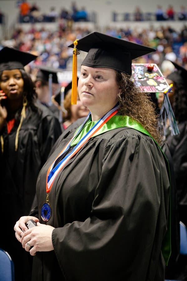 Frauen-Graduierungstag stockbild