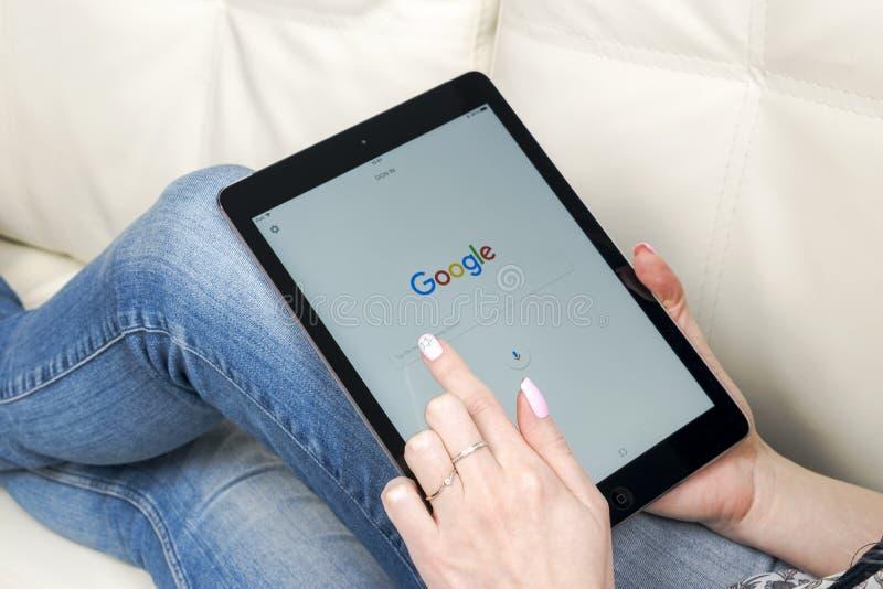 Frauen-Hände unter Verwendung des iPad, das mit Google Pro ist, beginnen homepage-Seite auf Anzeige Google ist ein amerikanischer stockfotografie