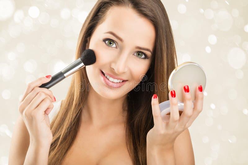 Frauen halten einen Spiegel - Make-up lizenzfreie stockfotografie