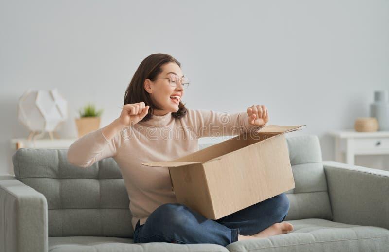 Frauen halten Kartonschachtel lizenzfreie stockfotos