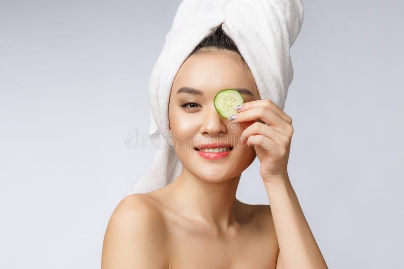 Frauen-Hautpflegebild der Schönheit junges asiatisches mit Gurke auf weißem Hintergrundstudio stockbilder