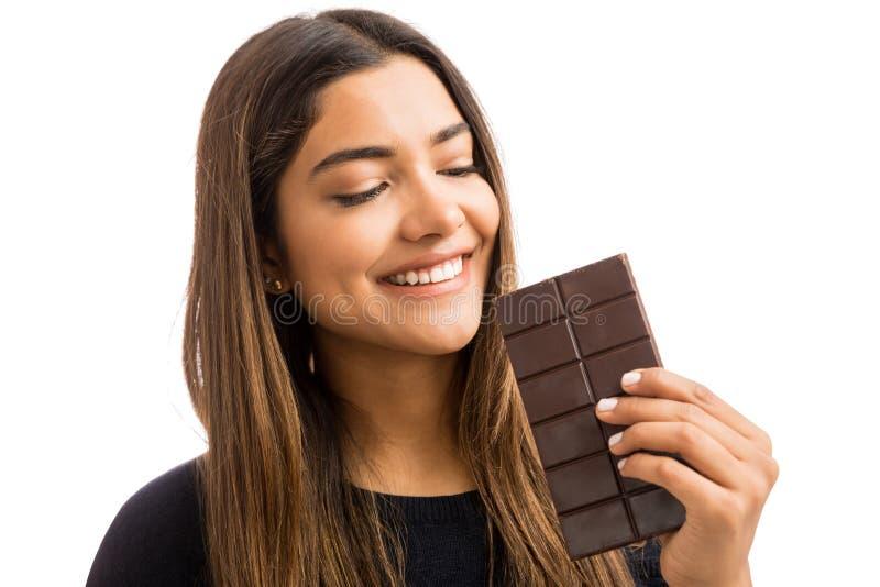 Frauen-heftiges Verlangen für süße Nahrung stockfoto