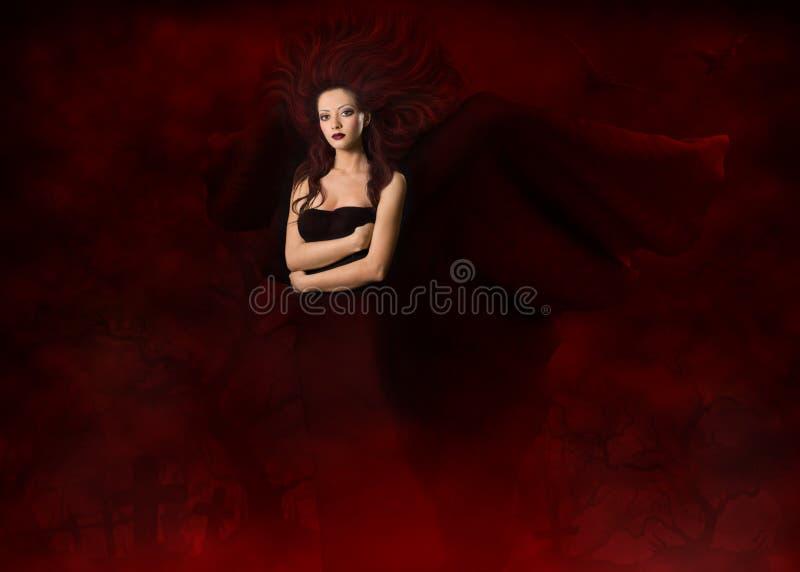 Frauen-Hexe auf Ð-¡ emetery, Halloween-Mode-Modell in den Flügeln kleiden an stockfoto