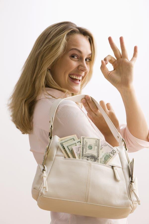 Frauen-Holding-Bargeld gefüllter Fonds stockfoto