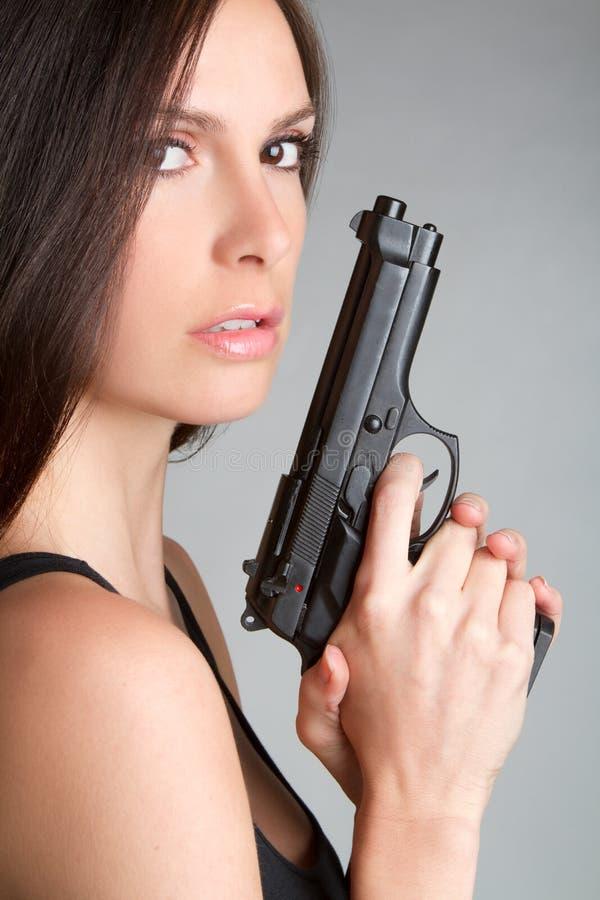 Frauen-Holding-Gewehr lizenzfreie stockfotografie
