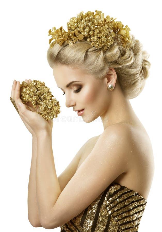 Frauen-Holding-goldener Blumen-Schmuck, junge Mode-Mädchen-Träume, weiß stockbilder