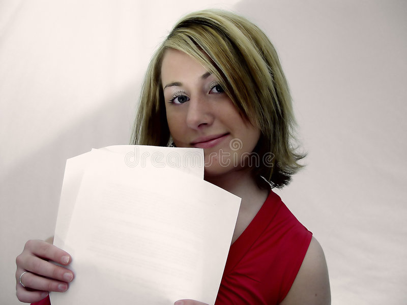Frauen-Holding-Papiere lizenzfreie stockfotos