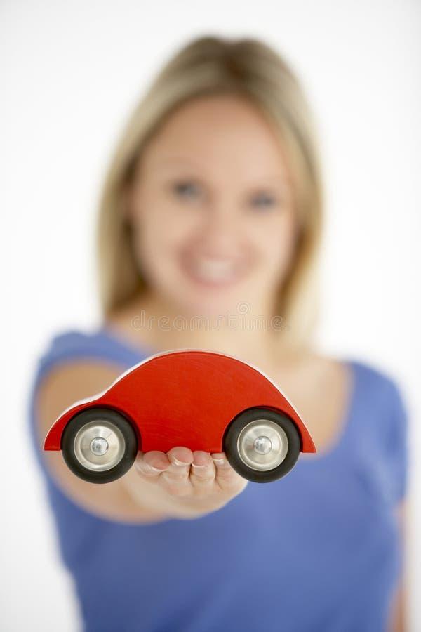 Frauen-Holding-Spielzeug-Auto lizenzfreies stockfoto