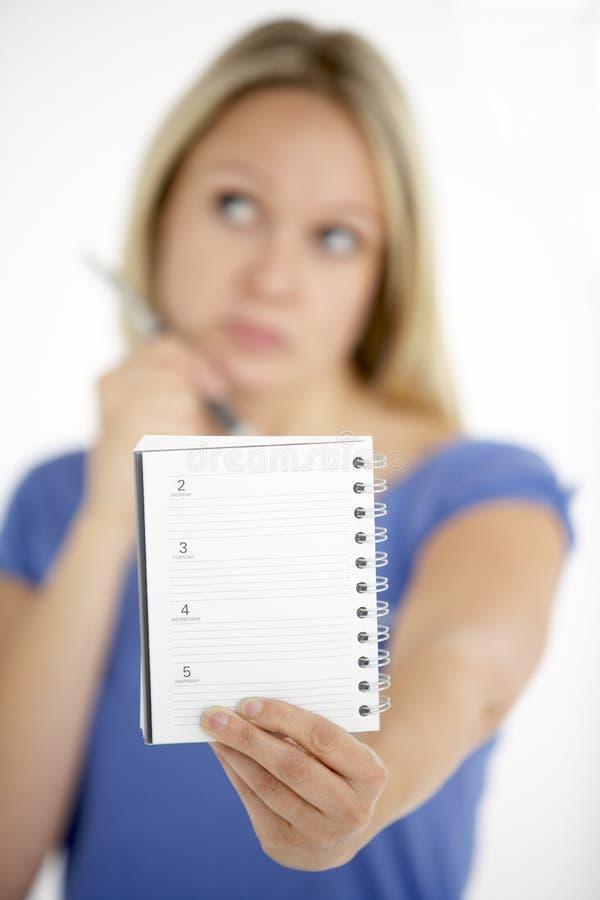 Frauen-Holding-Tagebuch stockfoto
