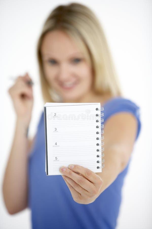 Frauen-Holding-Tagebuch lizenzfreie stockfotografie