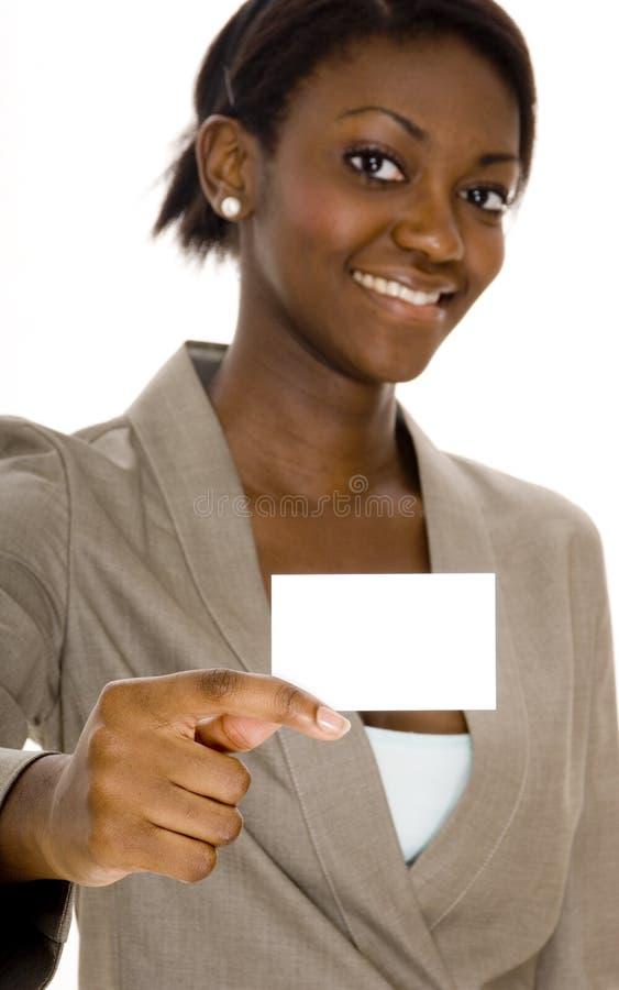 Frauen-Holding-Visitenkarte stockfotografie