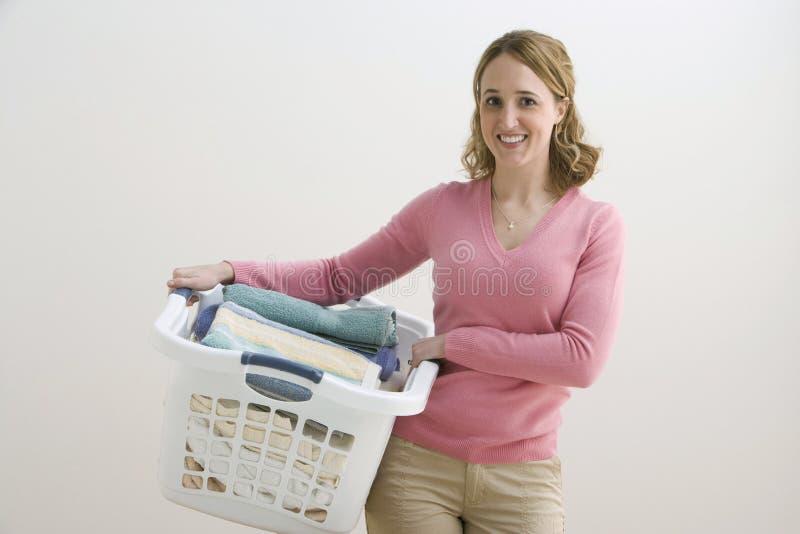 Frauen-Holding-Wäscherei-Korb stockfotografie