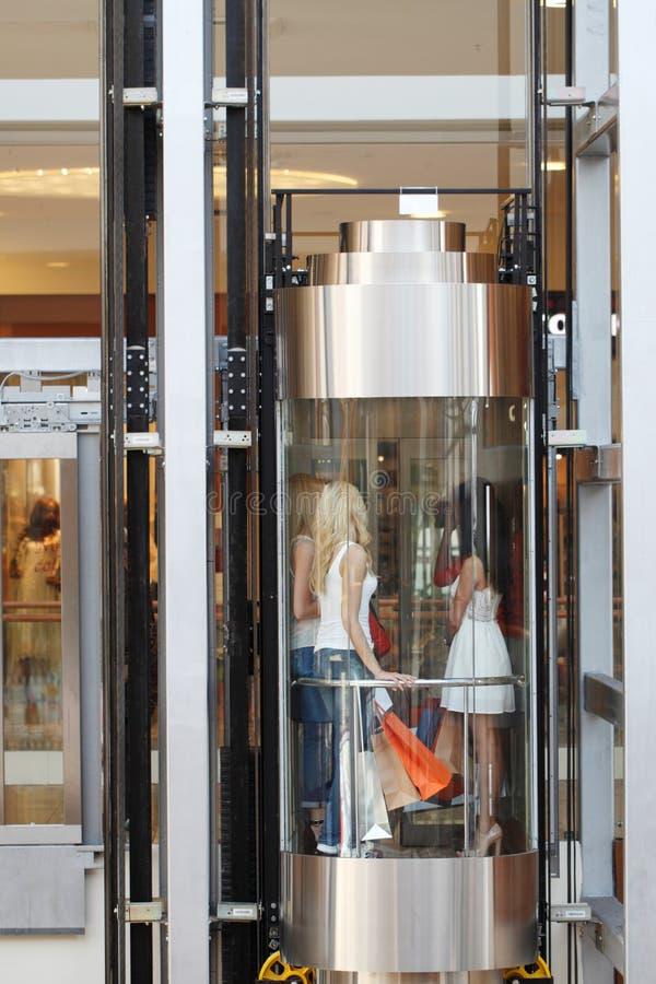 Frauen im Aufzug im Mall lizenzfreie stockbilder