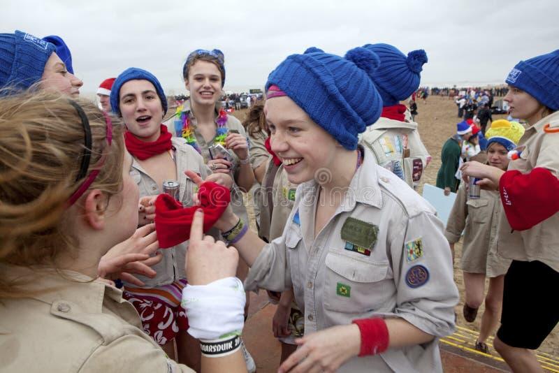 Frauen im Blau bobble Hüte, Belgien lizenzfreie stockbilder