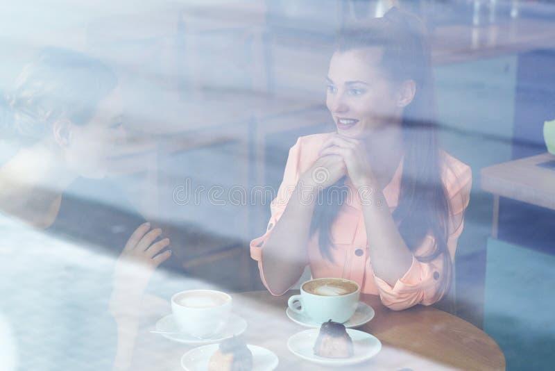 Frauen im Café lizenzfreies stockfoto
