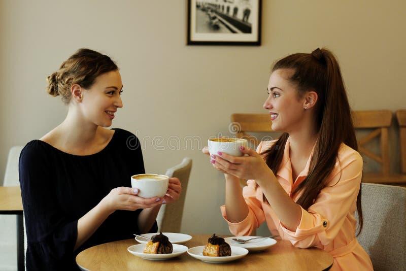 Frauen im Café stockfotos