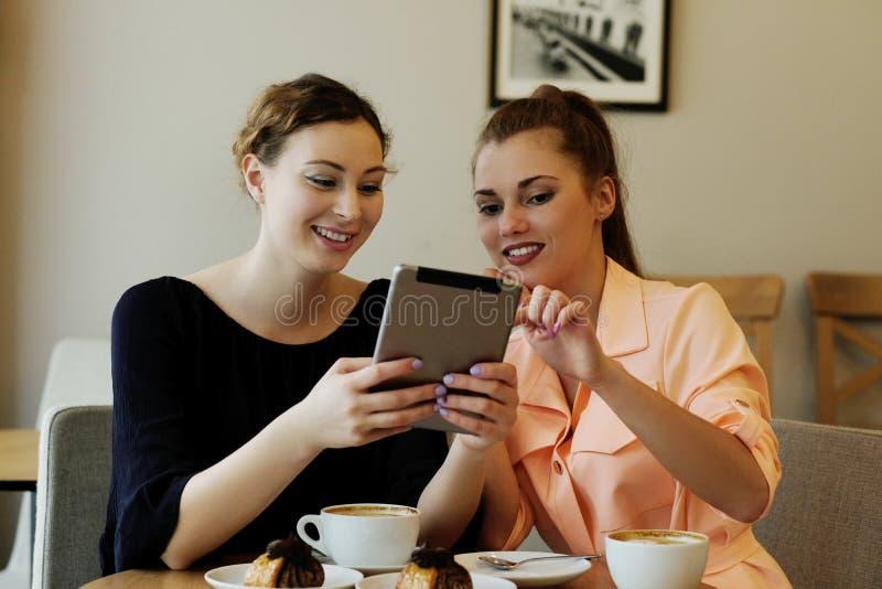 Frauen im Café stockfotografie
