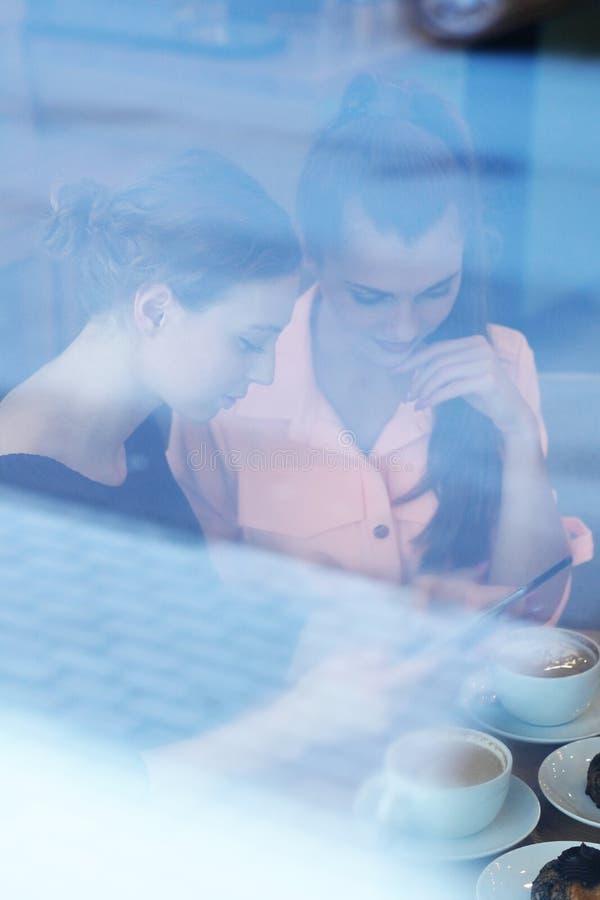 Frauen im Café lizenzfreie stockfotografie