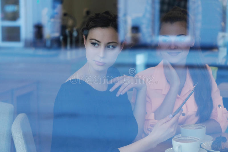 Frauen im Café lizenzfreie stockbilder