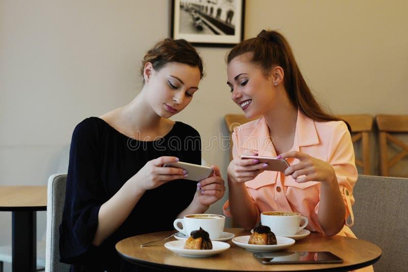 Frauen im Café stockbilder