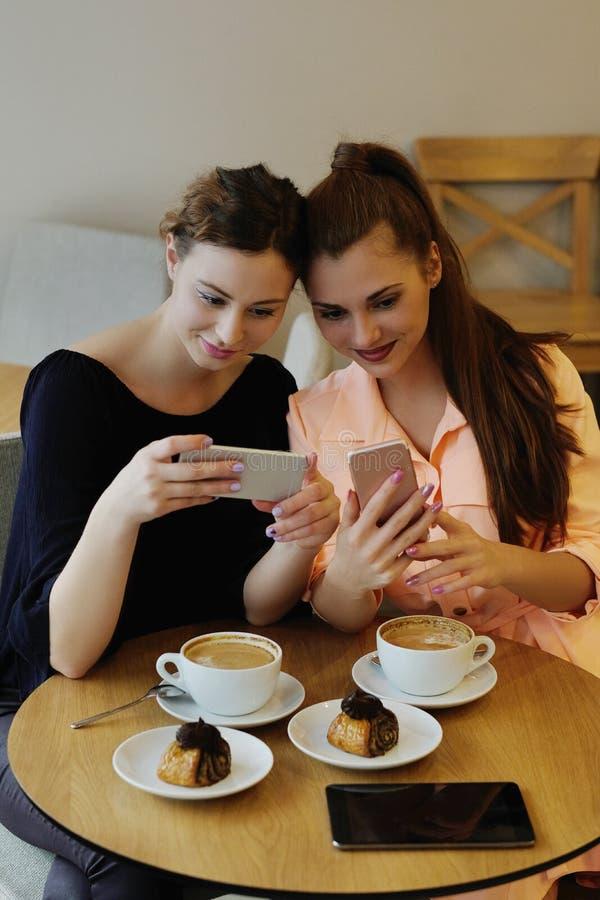 Frauen im Café stockbild