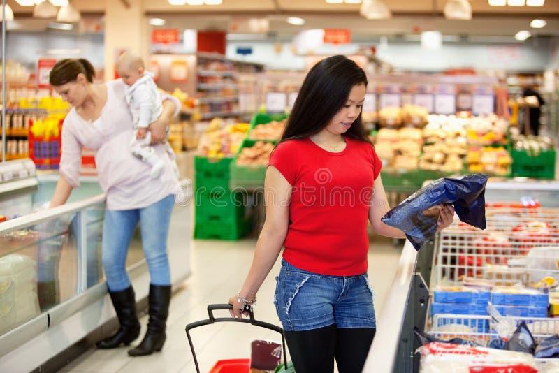 Frauen im Einkaufenspeichereinkaufen stockfotos