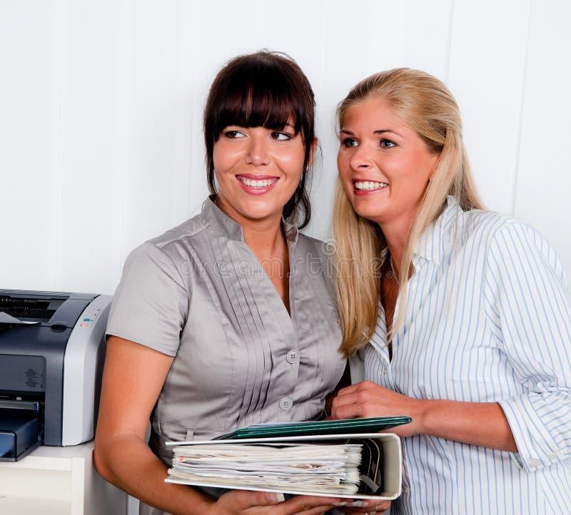 Frauen im Gespräch lizenzfreies stockfoto
