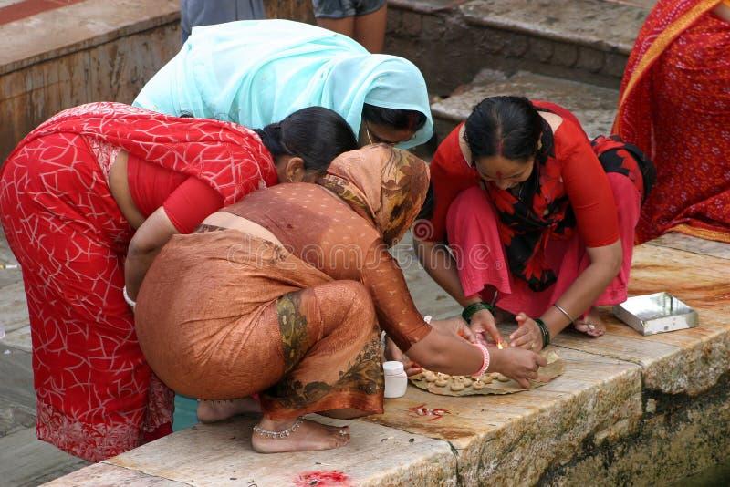 Frauen im hinduistischen Tempel stockfotos