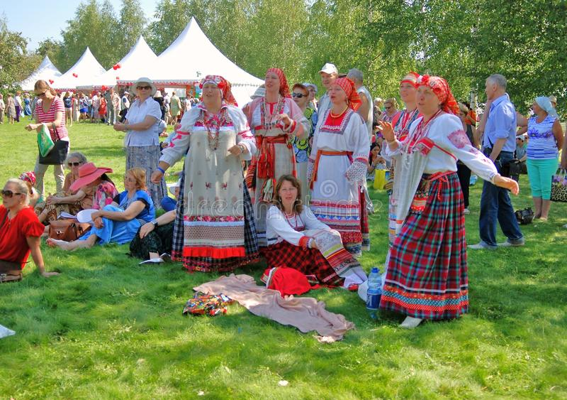 Frauen im nationalen Kostüm in Tsaristyno-Park stockfotografie