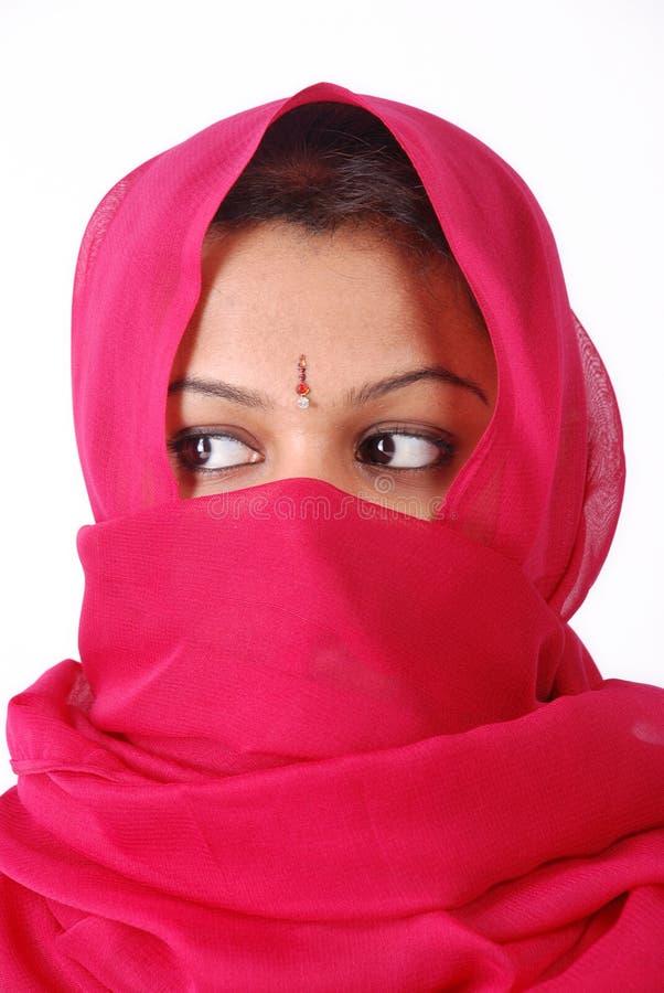 Frauen im roten Schleier lizenzfreie stockfotos