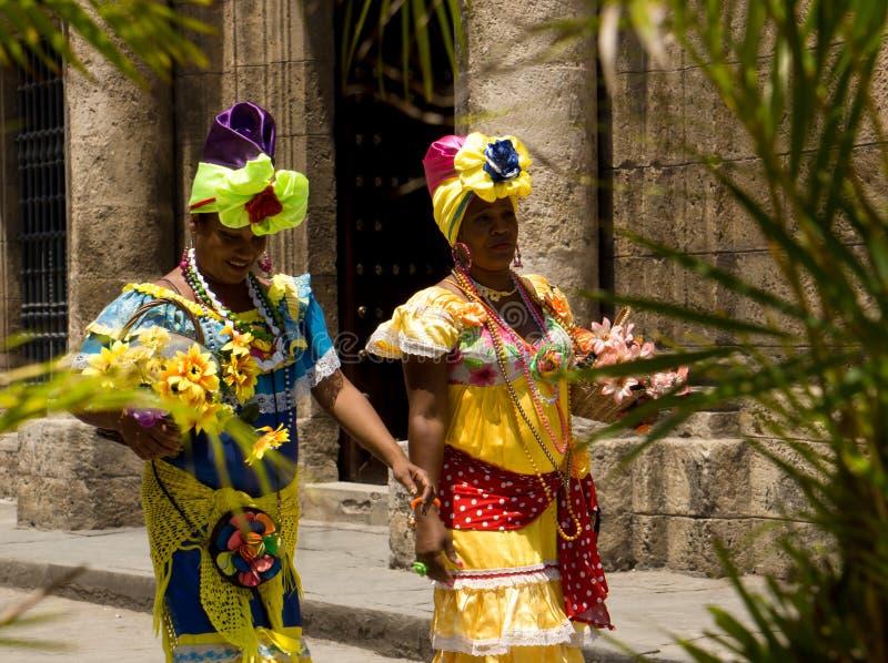 Frauen im traditionellen Kostüm in Havana, Kuba lizenzfreie stockbilder