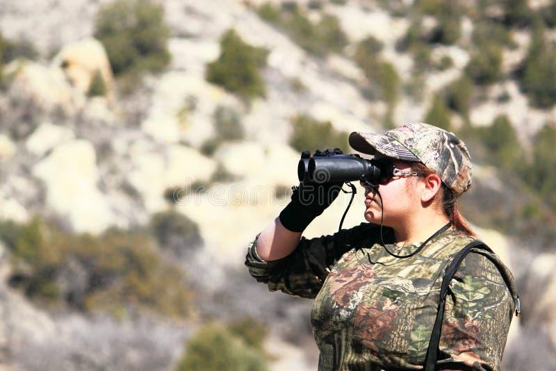 Frauen-Jagd, die durch Binokel schaut stockbilder