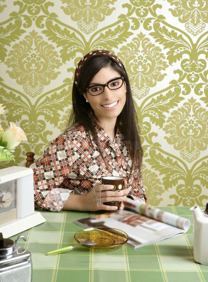 Frauen-Küchekaffee des Kaffee Retro- mit Zeitschrift lizenzfreie stockfotos