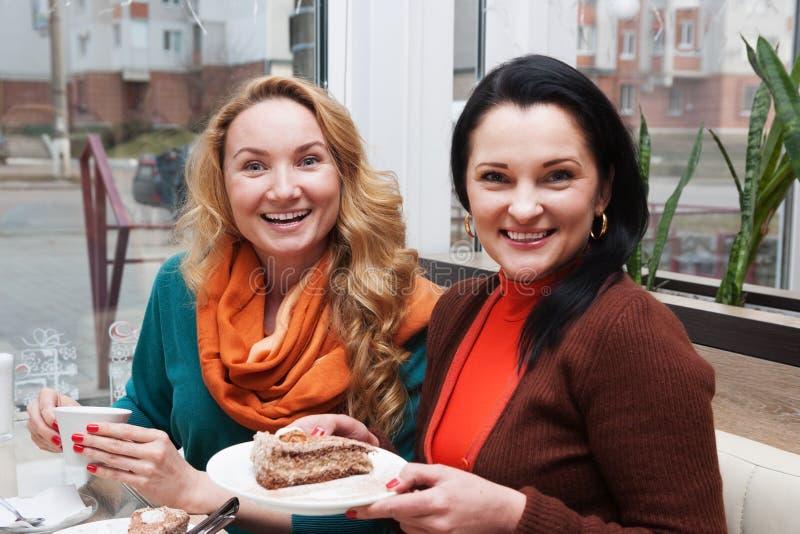 Frauen, Kaffee und Kuchen lizenzfreies stockfoto