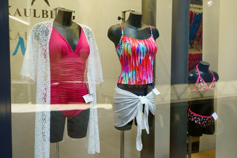 Frauen-Kinderstrandkleidungs-Fenster-Anzeige lizenzfreie stockfotografie
