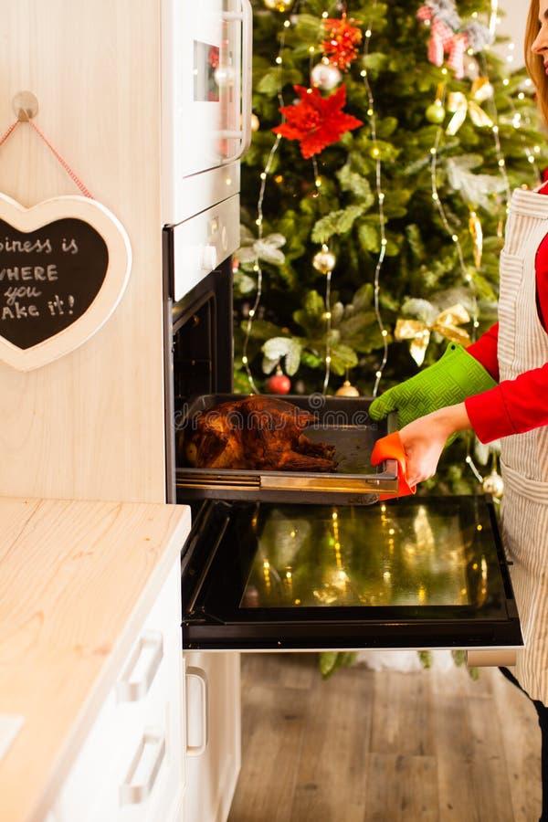 Frauen kochen gefüllte Ente in der Küche für Weihnachtsfeier stockbild