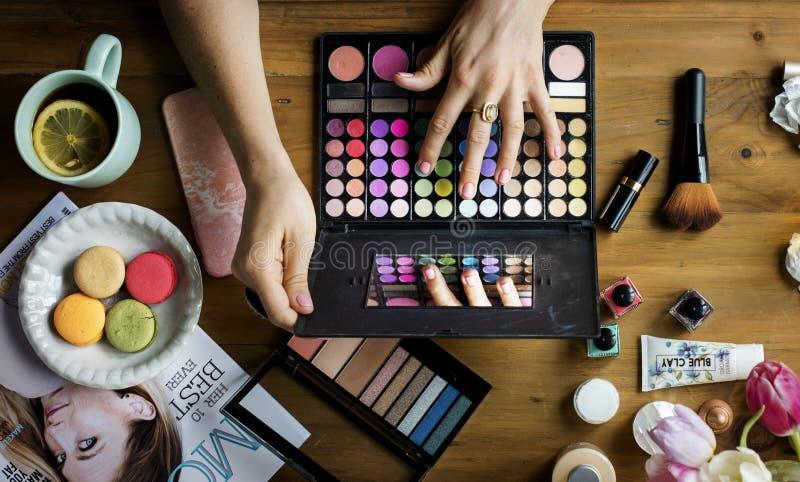 Frauen-Kosmetik-Make-upschönheit weiblich stockfoto