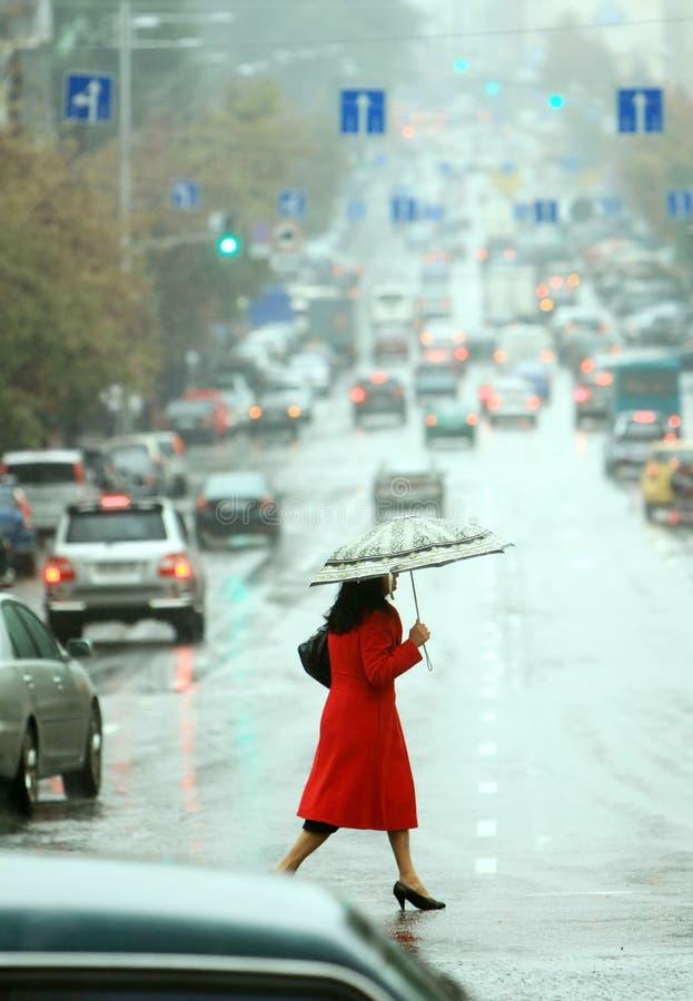 Frauen kreuzen die Straße lizenzfreies stockfoto
