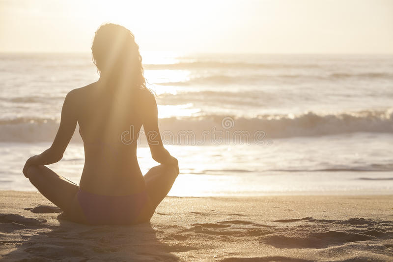 Frauen-Mädchen-sitzender Sonnenaufgang-Sonnenuntergang-Bikini-Strand stockbild