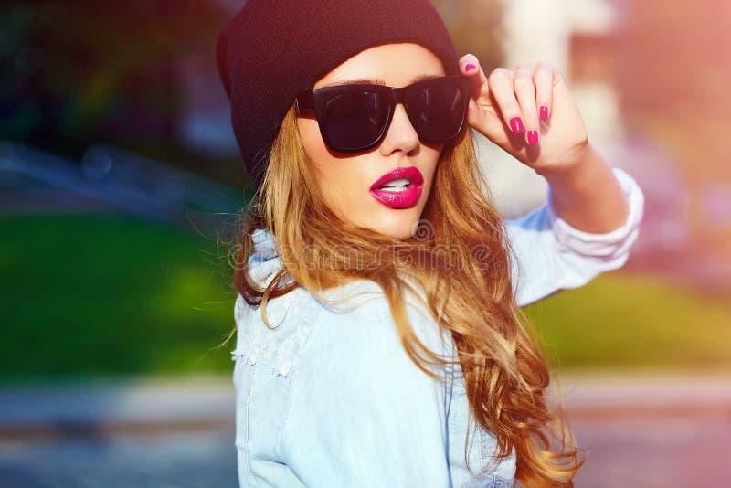 Frauen-Mädchenmodell des Zauberlebensstils blondes im zufälligen Stoff der kurzen Jeanshose stockfotografie