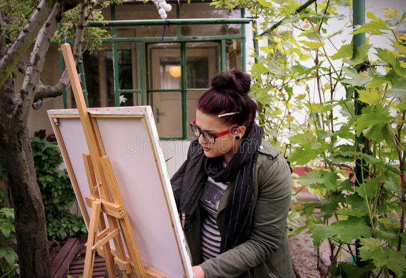 Frauen-Maler in der Arbeit stockbilder