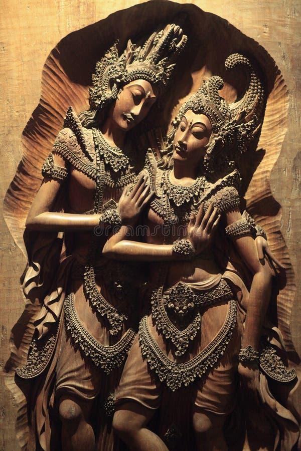 Frauen-Mann-Zahl in der Woodcarving-Kunst stockbild
