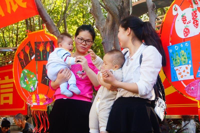 Frauen mit Babys stockfotografie