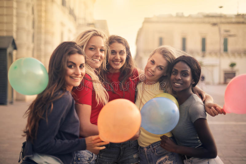 Frauen mit Ballonen stockfotos