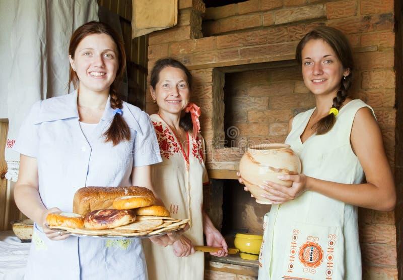 Frauen mit Bauernhofart Mahlzeit lizenzfreie stockbilder
