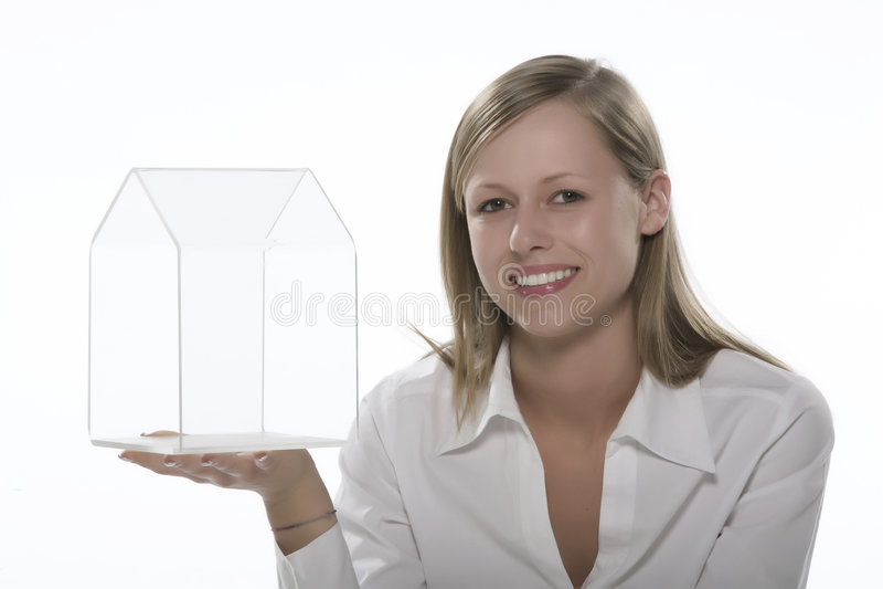 Frauen mit der transparenten Hand des kleinen Hauses stockfoto